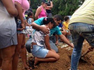 Familiares e amigos não seguraram as lágrimas. (Foto: Ana Kézia Gomes/ G1)
