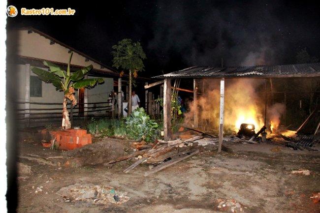 Havia riscos de chamas atingirem uma residência próxima. (Foto: Rastro101)