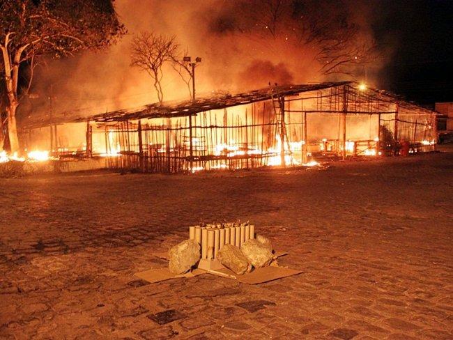 Incêndio foi causado por uma queima de fogos próximo à barraca. (Foto: Rastro101)