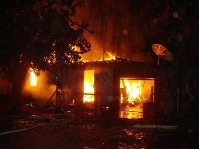 Momento em que a casa estava em chamas(Foto: Imprensa na net)