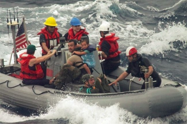 Imagem mostra o momento do resgate no Pacífico (Foto: U.S. Coast Guard/AP)