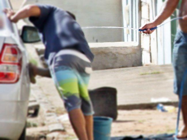 Simples atitude de lavar o carro ou a calçada utilizando mangueira, poderá acabar em multa para o morador. (Foto: Rastro101)