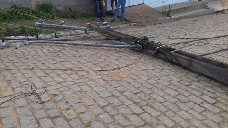 Caminhão anida derrubou um poste da Coelba.