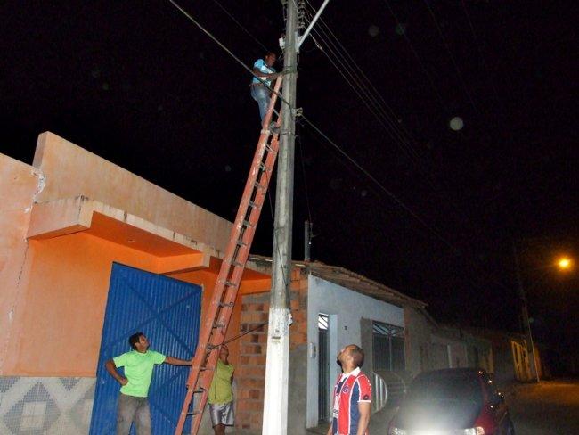 Serviço de reposição e manutenção da iluminação pública, que teve início nessa quinta-feira. (Foto: ASCOM)