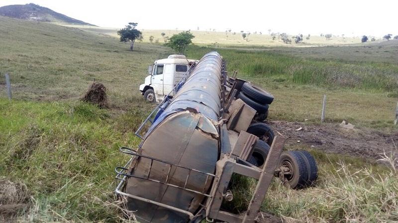 Carreta saiu da pista na tentativa de evitar uma colisão. (Foto: Liberdade News)