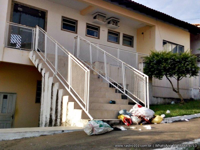 Moradores protestam e jogam lixo na frente da prefeitura. (Foto: Rastro101)