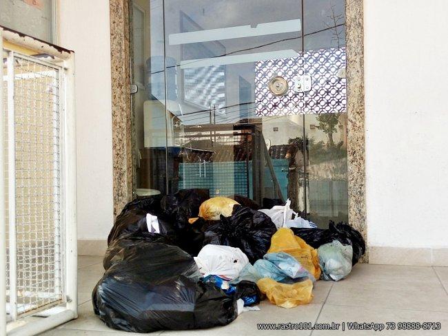 Vários sacos de lixo foram colocados na porta de entrada da prefeitura (Foto: Rastro101)