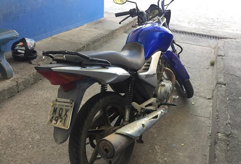 Moto apreendida pela polícia. (Imagem: Liberdade News)