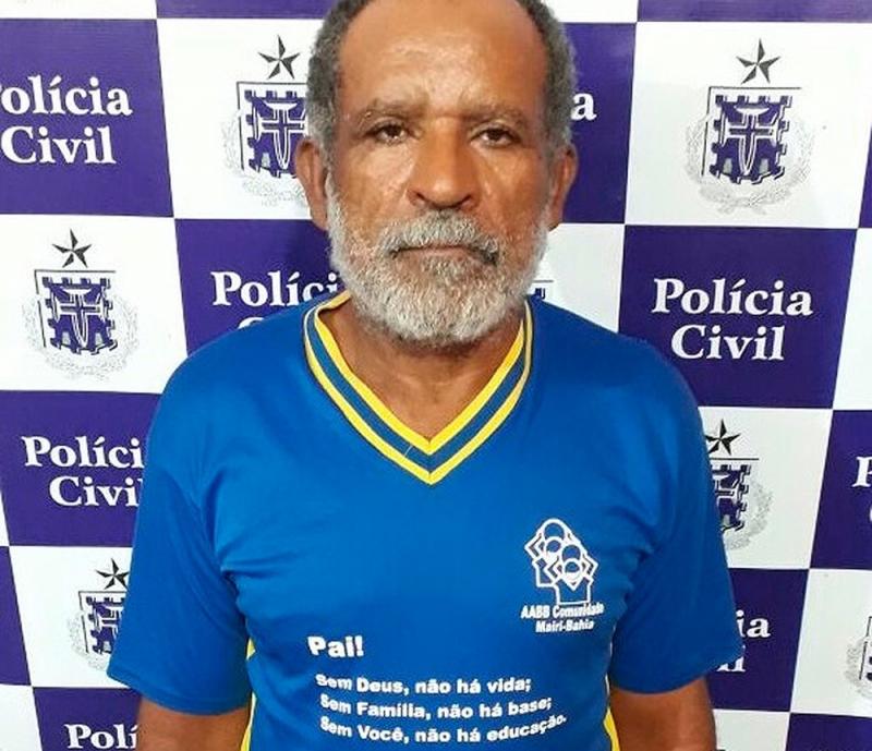 Suspeito utilizava camisa com homenagem aos pais no momento da prisão. (Foto: Divulgação/ Polícia Civil)