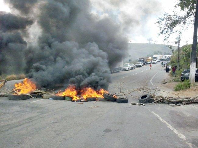 Professores queimaram pneus na BR-101. (Foto: Jequitinhonha News)