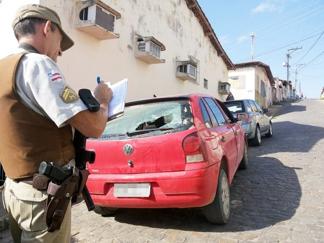 Carro dos mascates teve o para-brisas traseiro danificado. Vendedor também foi agredido. (Foto: Rastro101)