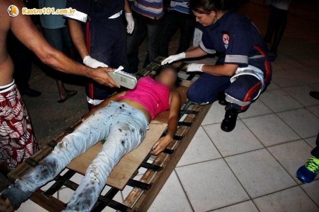 Jovem ficou desacordada depois que caiu da ponte. (Foto: Rastro101)