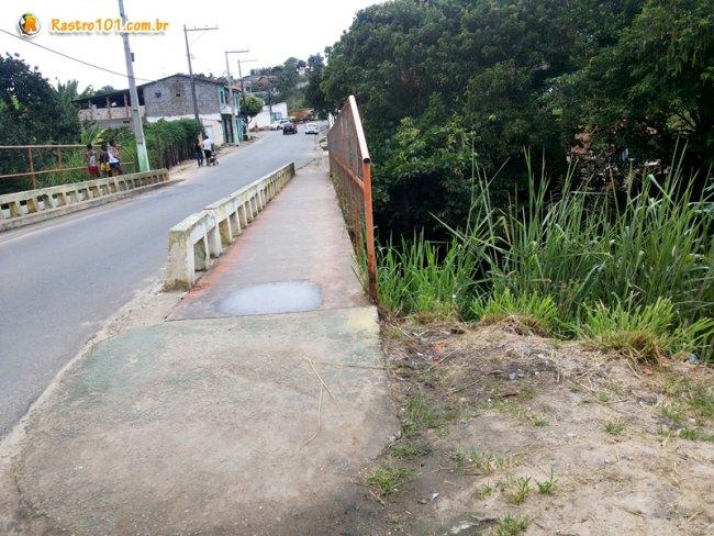 Ela atravessou a ponte depois entrou por uma lateral, quando despencou entre os arbustos. (Foto: Rastro101)