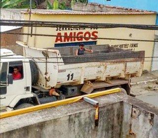 Casal de moradores resolveu por conta própria utilizar seu caminhão e recolher o lixo da rua em que moram. (Foto: Divulgação)