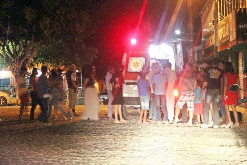 Mulher só foi atendida pelo SAMU após ser imobilizada por policiais (Rastro101)