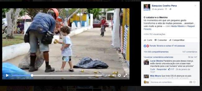 Menino ajuda catador de latinhas no Salto da Divisa. (Reprodução/Facebook)