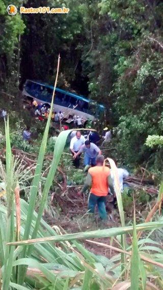Ônibus com trabalhadores rurais despencou em um precipício de 50 metros. Uma pessoa morreu e 20 ficaram feridas. (Foto: Internauta Rastro101)