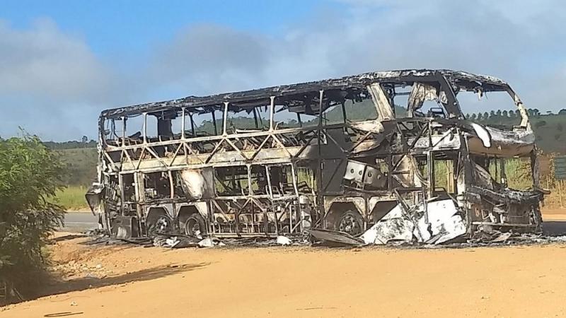 Ônibus foi completamente destruído. (Imagem: Radar64)