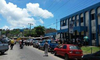 (Motoristas enfrente na sede da Polícia Civil   Foto:Facebook/SeLigaVip)
