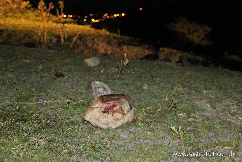 Pedra que provavelmente foi usada no crime Rastro101)