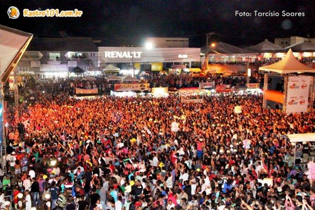 Milhares de pessoas lotaram o espaço do Pedrão. (Foto: Tarcísio Soares)
