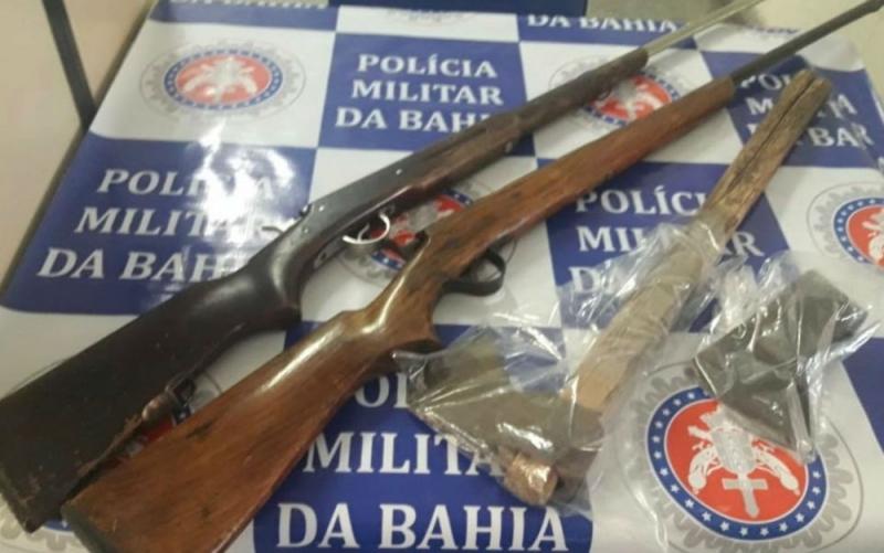 Machado usado no crime e espingardas que o homem usava para ameaçar a esposa. (Divulgação/ Polícia Civil)