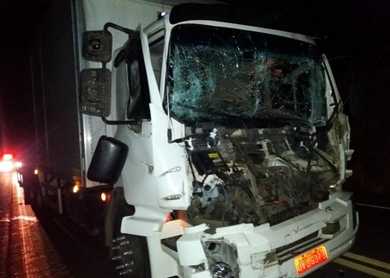Impacto foi violento e destruiu a parte dianteira do caminhão. (Radar64)
