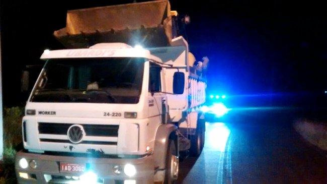 Retroescavadeira estava sendo furtada e levada sobre uma caçamba. Policiais conseguiram interceptar o veículo próximo ao município de Itapebi. (Foto: Divulgação/PM)