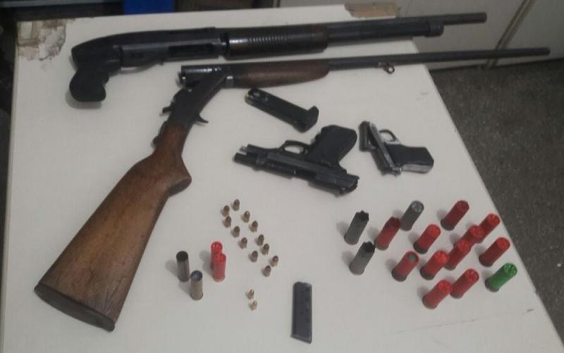 Polícia apreendeu armas e munições em posse dos suspeitos. (Divulgação: SSP-BA)