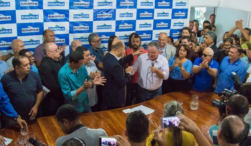 Parabenizando o prefeito, o deputado federal Ronaldo Carletto afirmou que Eunápolis precisa de Robério (ASCOM)