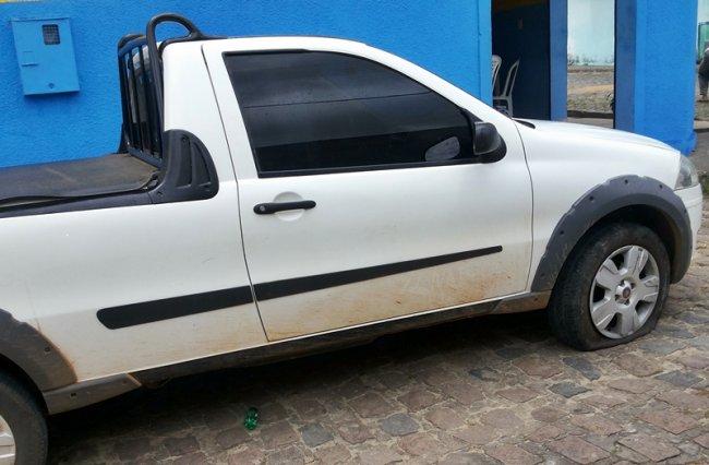 Veículo do suspeito amanheceu com os pneus furados. Ele foi preso quando chegou na borracharia. (Foto: Rastro101)