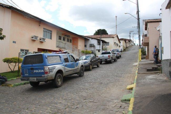 Viaturas da polícia militar e polícia civil estiveram em Itagimirim. (Foto: Rastro101)