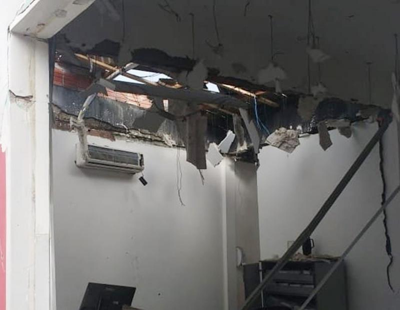 Teto do banco destruído com a explosão. (Portal Bahia 10)