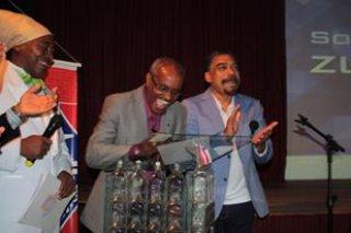 Zulu Araújo assinando o documento de posse como Diretor Geral da Fundação (Foto: Facebook/fpedrocalmon)