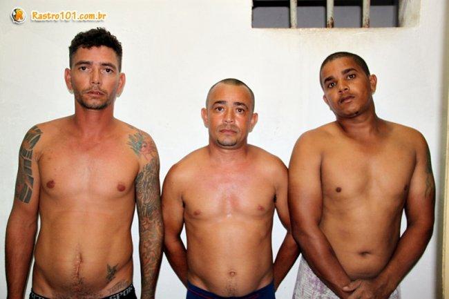 William (esquerda), Genilson (centro), e Cleiton (direita), foram apreendidos com dinheiro e drogas na BA-275. (Foto: Rastro101)
