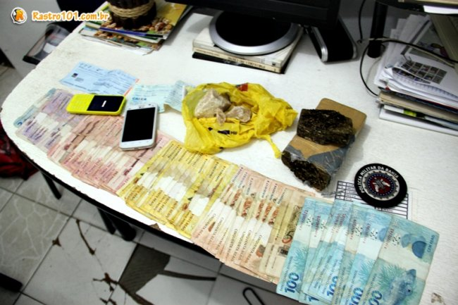 Foram apreendidos 1 kg de maconha, 300 grama de crack, dois aparelhos de celular, e mais de R$ 3 mil. (Foto: Rastro101)