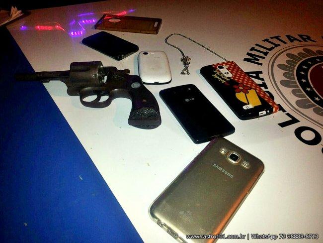 Com eles foram encontrados 5 aparelhos de celular, um cordão de prata e uma revolver calibre 38. (Foto: Rastro101)