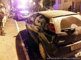 Eles deixaram o veículo estacionado em uma rua enquanto faziam os assaltos a pé. (Foto: Rastro101)