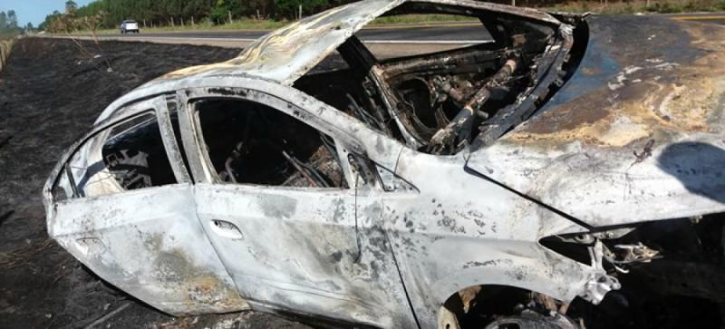 Carro foi atingido pelas chamas. (Reprodução: Teixeira News)