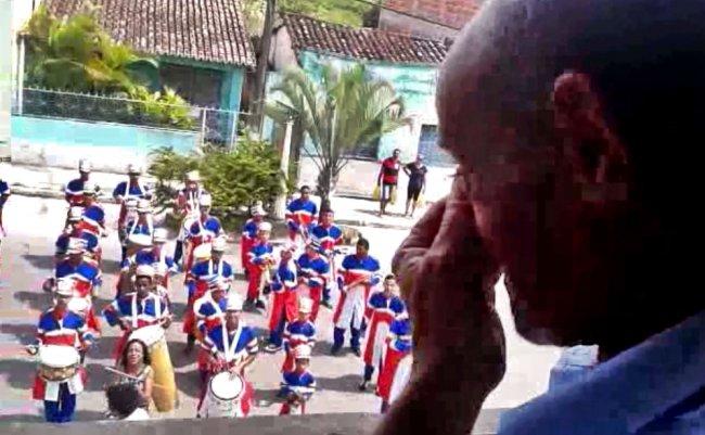 Fanfarra de Itagimirim fez homenagem em frente à casa do professor Dermeval Fragas, antigo instrutor da Banda Marcial de Itagimirim. (Reprodução)