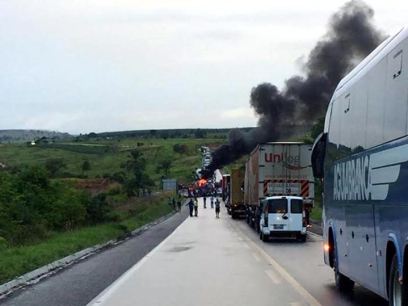 Protesto na BR-101 próximo à Itagimirim. (Foto: Radar64)