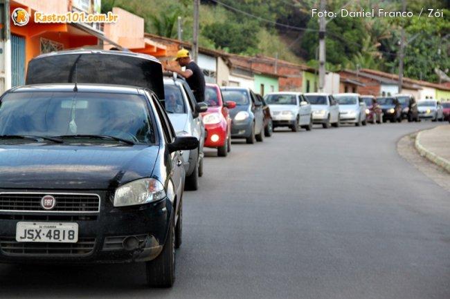 Carros estavam com o som automotivo sintonizados na Rádio Estação 87.9 FM. (Foto: Daniel Franco / Rastro101)