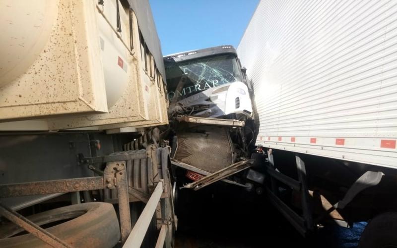 Veículos ficaram presos após o acidente.  (Foto: Edivaldo Braga/Blog Braga)