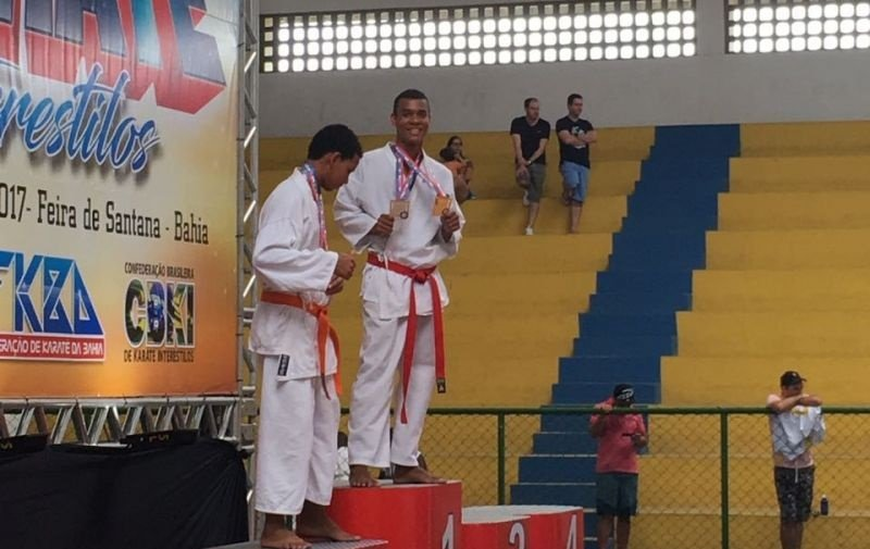 Jhonatas recebeu duas medalhas em sua categoria (Divulgação)