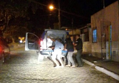 Suspeito é levado ao hospital pelos próprios policiais após troca de tiros, mas já estava sem vida. (Foto: Rastro101)