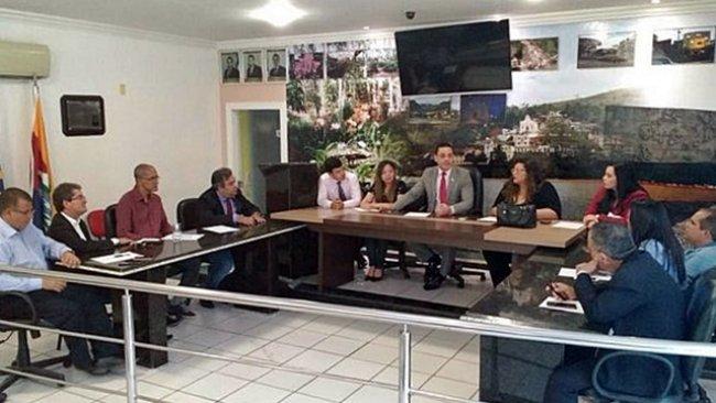 Representantes da OAB se reuniram na Câmara Municipal de Vereadores de Itapebi, já que o fórum encontrava-se fechado devido ao feriado forense. (Divulgação)