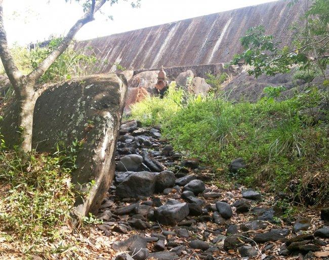 Só existem pedras onde antes corria água. Se não chover, a água acumulada no reservatório só abastece a cidade por mais 60 dias. (Foto: Rastro101)