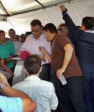 Governador Rui Costa e o prefeito de Itagimirim durante um encontro em Itabela. (Foto: ASCOM)