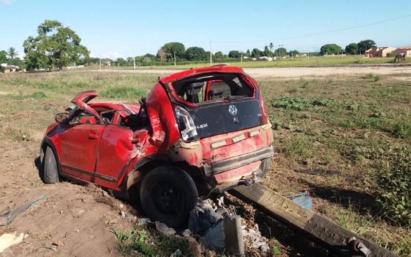 Carro ficou destruído. (Reprodução: Liberdade News)