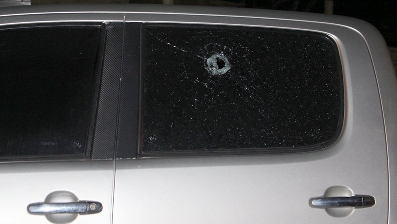 Carro foi atingido pelo assaltante (Radar64)